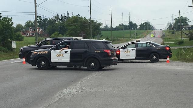 des voitures de police provinciale de l'Ontario stationnées sur la route