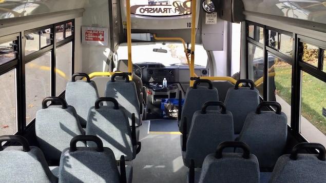 L'intérieur d'un bus vide.