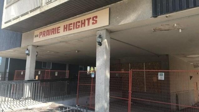 L'entrée grillagée de l'immeuble Prairie Heights de Saskatoon.