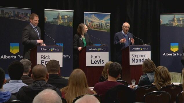 L'ancien maire d'Edmonton et ex-ministre progressiste-conservateur Stephen Mandel (droite), le député Rick Fraser (gauche) l'avocate Kara Levis (milieu) ont participé au premier débat à la direction du Parti Albertain