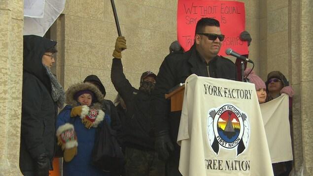 Des manifestants autochtones en haut des marches à l'extérieur du palais législatif.