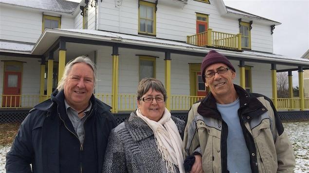 Christian Côté, Sylvie Onraet et Bertin St-Onge font partie du groupe de cinq personnes qui ont acheté le presbytère pour y passer leur retraite.