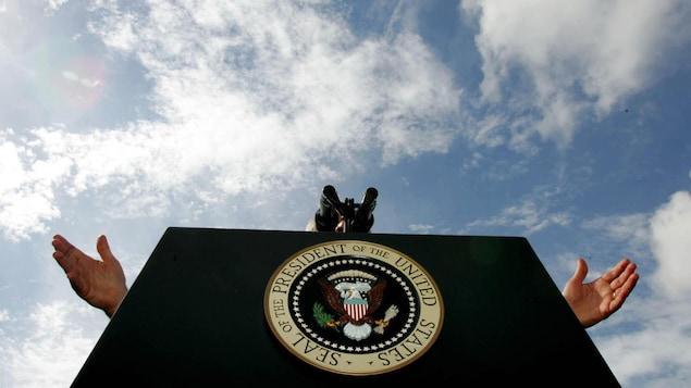 Le sceau du président sur un lutrin.