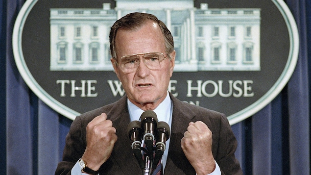 George H.W. Bush prononce un discours à la Maison-Blanche.