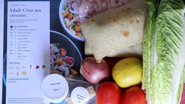Les ingrédients réunis pour la recette de salade César aux crevettes de Cook It