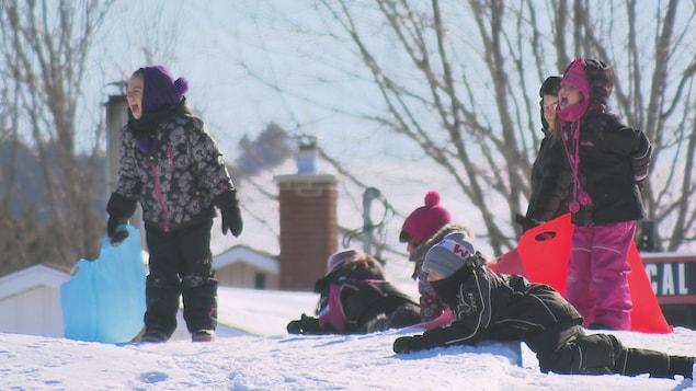 Des enfants jouent dans la neige à Price.