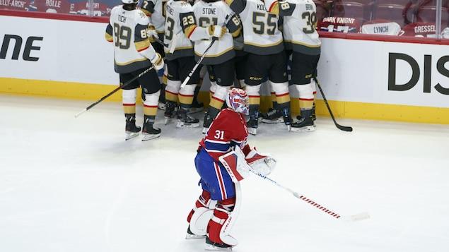 Carey Price sur la patinoire avec en arrière-plan les joueurs des Golden Knights qui célèbrent leur victoire.