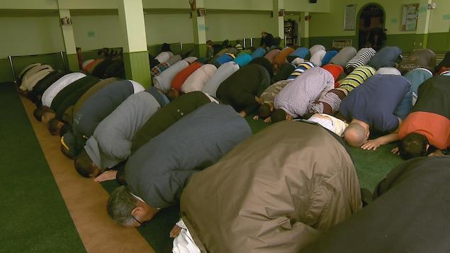 Des musulmans prient au Centre culturel islamique de Québec lors du premier jour du ramadan