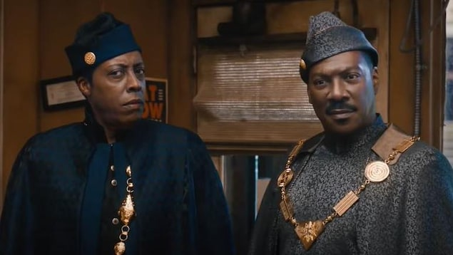 Les deux acteurs sont vêtus de belles toges et affichent un air incrédule.