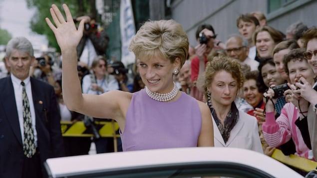 Diana, la princesse de Galles, au moment où elle quitte le Victor Chang Cardiac Research Institute à Sydney en novembre 1996. Elle salue la foule.