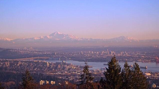 Vue de North Vancouver, Vancouver, Burnaby, et la vallée du Fraser, avec le mont Baker en arrière-plan