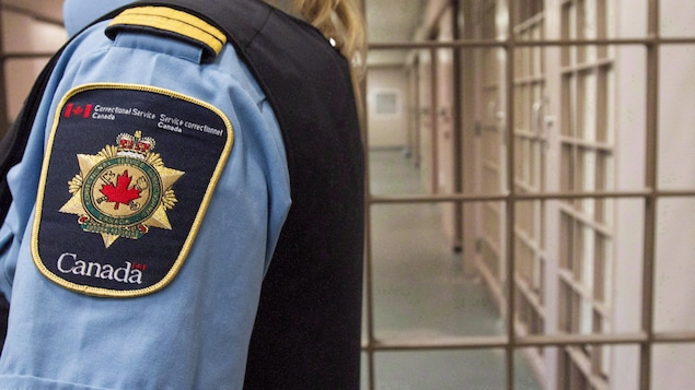 Un agent du Service correctionnel dans un corridor de prison.