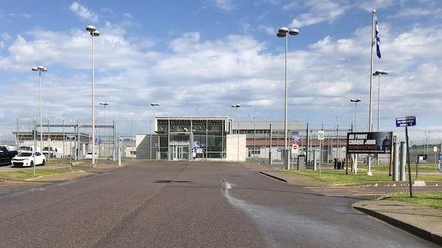 Le chemin menant à l'entrée de la prison de Roberval.