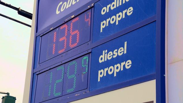 Panneau indicateur du prix de l'essence qui indique 1,36 $ pour l'essence ordinaire et 1,29 $ pour le diesel.