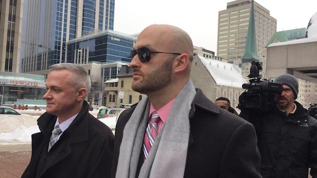 L'agent Daniel Montsion à l'extérieur du palais de justice d'Ottawa.