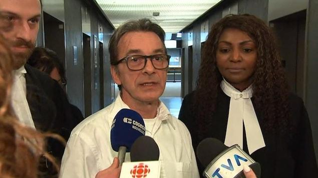 Michel Cadotte, en compagnie de ses avocats, répond aux questions des journalistes.