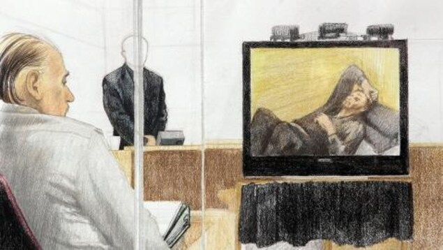 Un croquis montre Robert Pickton, lors de son procès, en 2007, regarder la vidéo de la conversation qu'il a eue avec un agent double, en 2002.