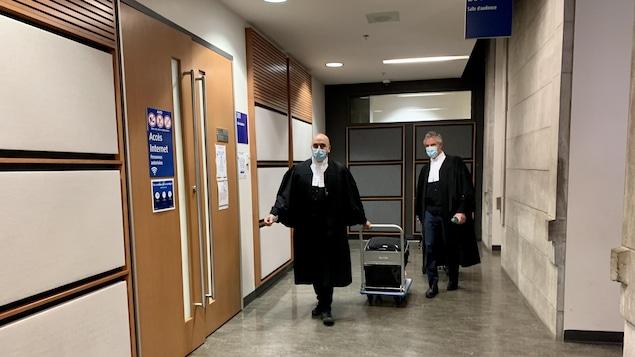 Les deux avocats dans le couloir du palais.