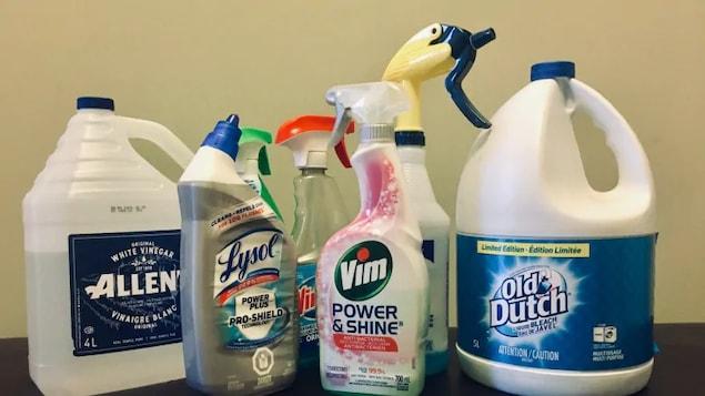 Des produits nettoyants sont alignés sur une table.