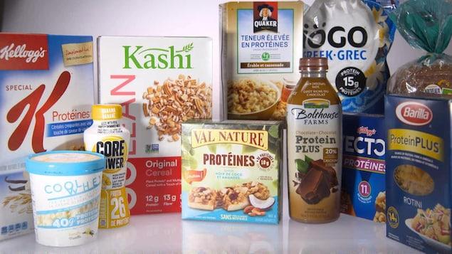 On voit différents produits, dont des céréales, des barres tendres et du yogourt à haute teneur en protéines.