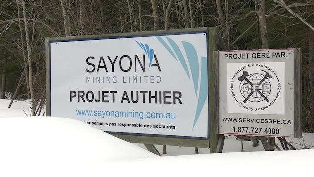 Affiches sur le lieu du projet minier Authier de l'entreprise Sayona Mining.