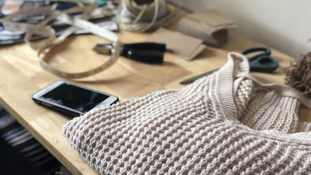 Gros plan sur un chandail à grosses mailles sur une table.