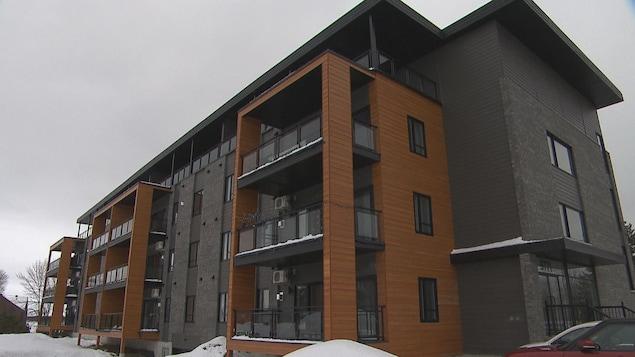 Un immeuble à logement durant l'hiver