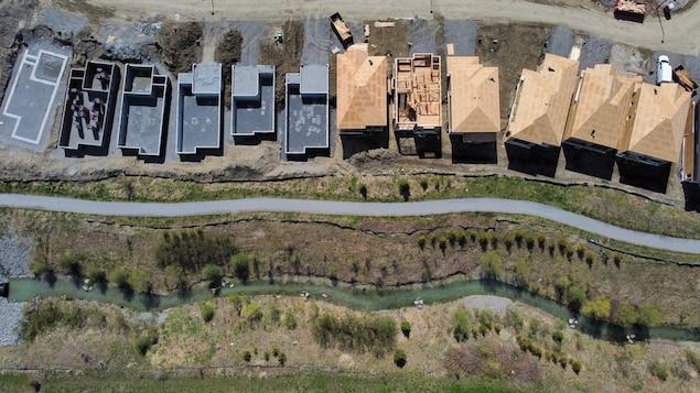 Vue aérienne de maisons en construction.
