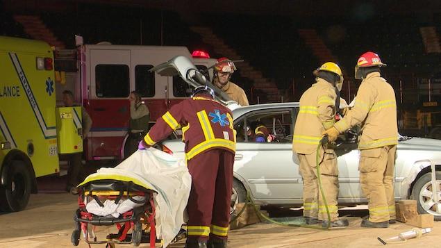 Des pompiers et des paramédics lors de la simulation