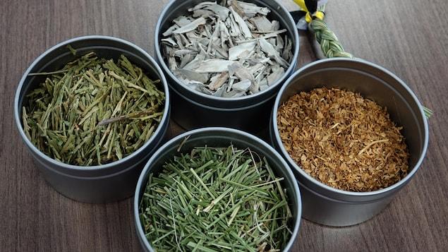 Les quatre herbes de base pour les sacs médicinaux dans des pots