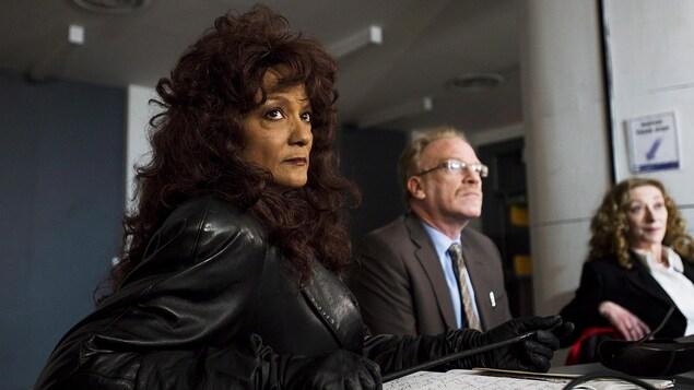 On voit Terri-Jean Bedford, alias Madame Dominatrix en costume de cuir, en compagnie de son avocat Alan Young après leur victoire en Cour d'appel de l'Ontario en 2012