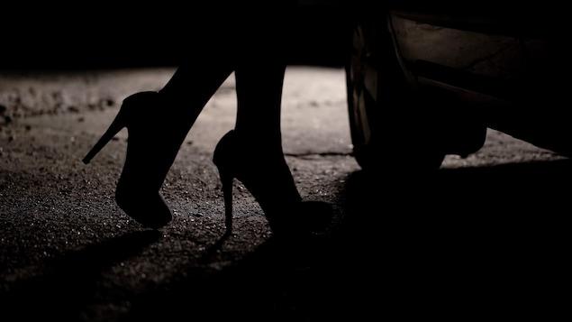 La silhouette d'une femme qui porte des talons hauts.