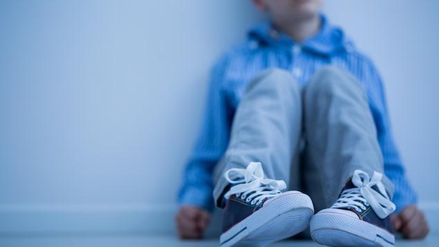 Un jeune assis sur le sol.