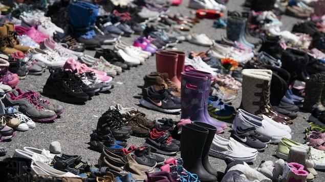 Des souliers ont été déposés sur une rue de Kahnawake en hommage aux 215 victimes de Kamloops.