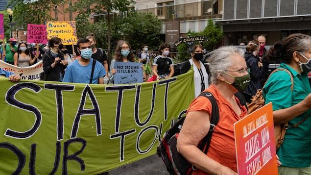 Manifestantes marchan por el centro de Montreal.