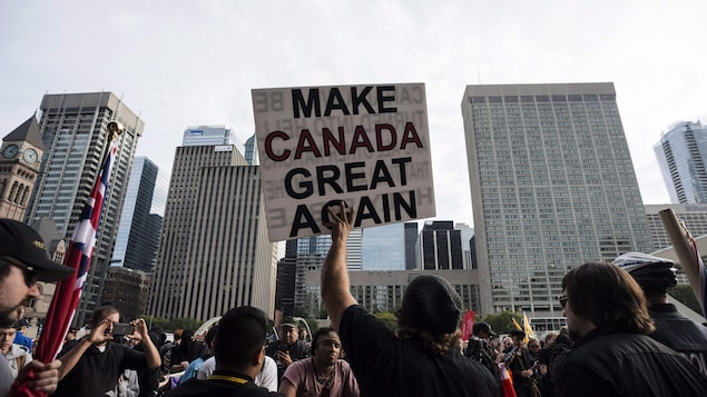 Des manifestants brandissent une pancarte affirmant « Make Canada great again ».