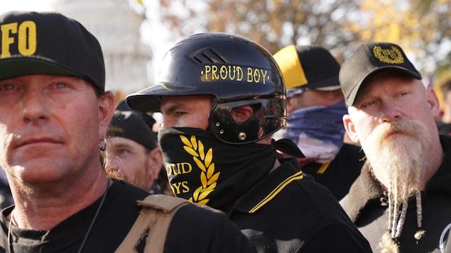 Des hommes membres des Proud Boys.