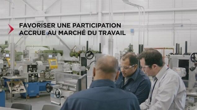 On voit des travailleurs avec ce texte : «Favoriser une participation accrue au marché du travail».