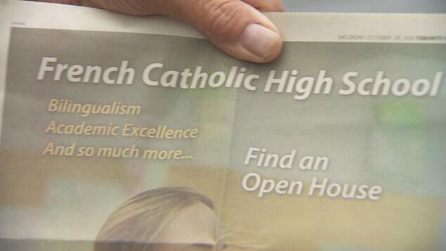Photo de la publicité qui vante en anglais le bilinguisme et l'excellence académique dans les écoles françaises.