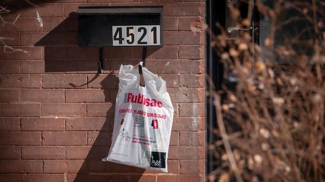 Un publisac attaché à une boîte aux lettres résidentielle.