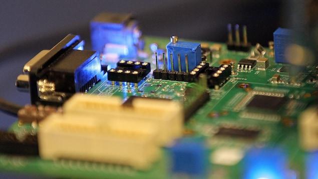 Gros plan sur une puce électronique.