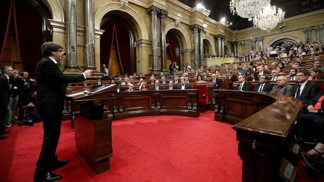 Carles Puigdemont debout face aux élus catalans assis