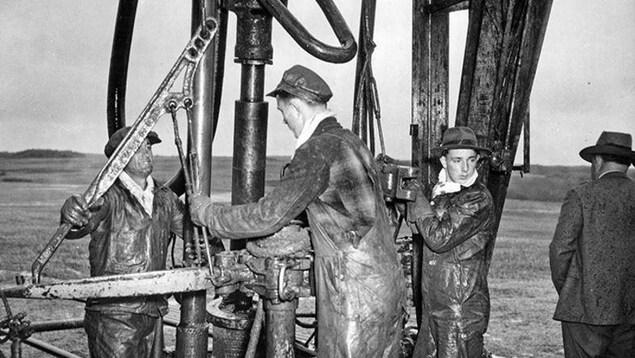 L'équipe du puits Leduc No.1 s'affaire à démarrer le puits près de Devon.