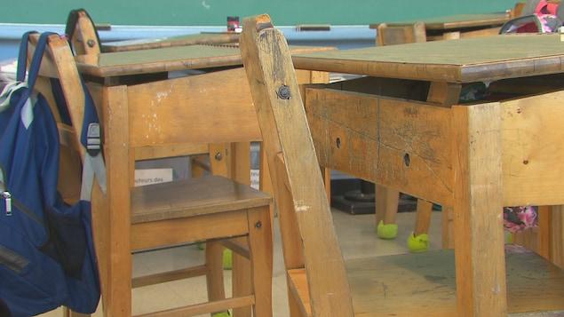 Gros plan sur des pupitres en bois dans une classe