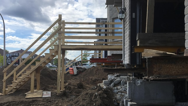 Réparation de fondations de maisons affectées par la pyrrhotite en cours sur la rue Rhéaume à Trois-Rivières.