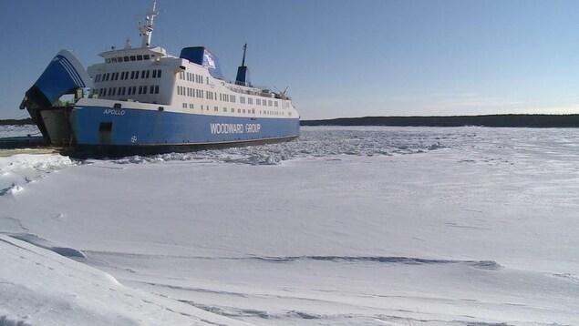 Le traversier Apollo entouré de glaces.