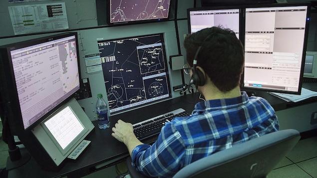 Un contrôleur aérien surveille le ciel au bureau de NAV Canada à Montréal, le 2 mars 2018.