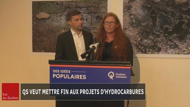Le co-porte-parole de Québec solidaire, Gabriel Nadeau Dubois avec la candidate de QS dans Bonaventure, Catherine Cyr Wright