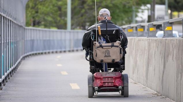 Un homme se déplace en quadriporteur à Montréal.