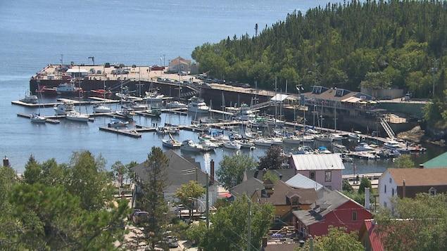 Des bateaux sont amarrés au quai de Tadoussac.